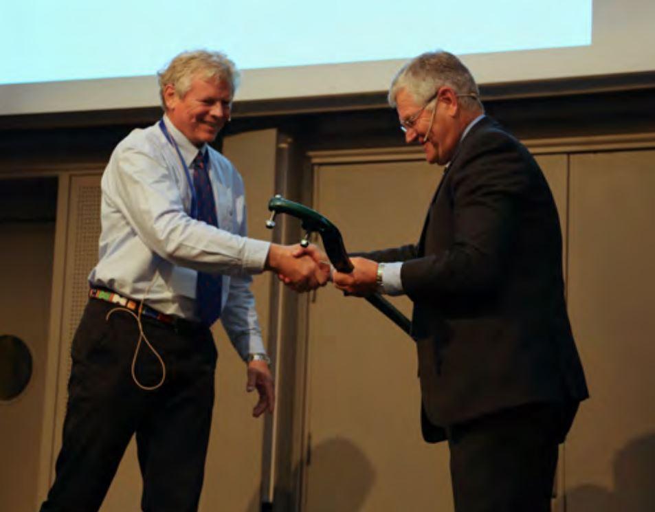 Asle Aasen (venstre i bildet) deler ut pris til Prof. Hallvard Ødegaard